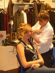 Atelier coiffure lors de l'afterwork spécial blogueuses organisé par les galeries Lafayettes